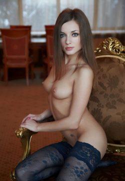 Молодая девушка не против пососать конфету в поиске приятных интимных отношений с мужчиной в Кирове